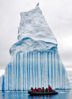Iceberg con rayas azules