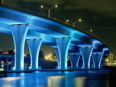 Puente iluminado de azul